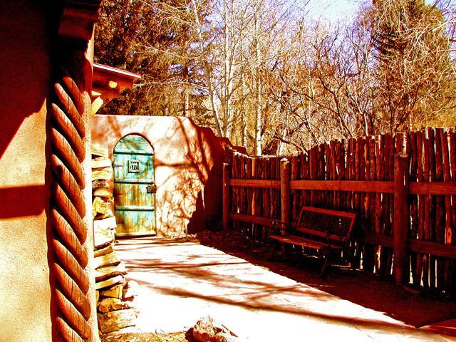 Popular Taos Spiral Pillars shown off in enclosed private patio - Casa Encantada 7 - Taos - rentals