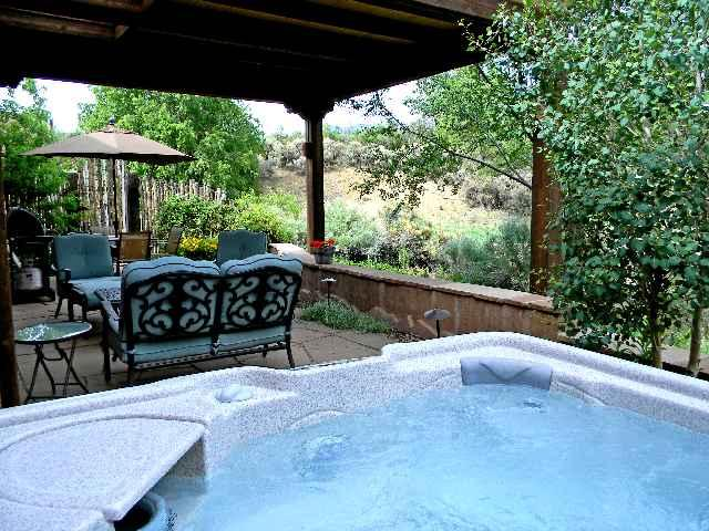 Private hot tub for serene relaxation & starry, starry nights - Alba de Sun Ra (Dawn of the Sun God) - Taos - rentals