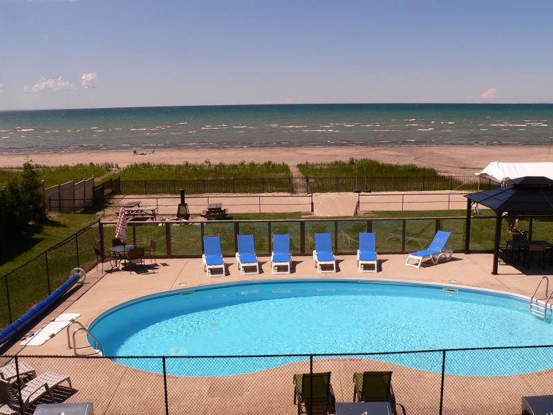 Heated Private Pool overlooking Georgian Bay - You can't ask for more! - BAYFRONT BEACH WITH HEATED POOL - Wasaga Beach - rentals