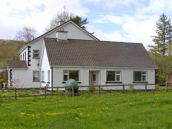 ROCKFIELD HOUSE, family friendly, country holiday cottage, with a garden in Moycullen, County Galway, Ref 3992 - Image 1 - Moycullen - rentals
