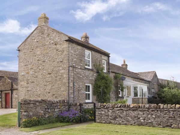 HARMBY MOOR FARM COTTAGE, pet friendly, country holiday cottage, with a garden in Leyburn, Ref 4096 - Image 1 - Leyburn - rentals