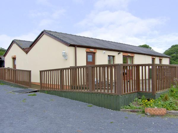 MEADOW VIEW, pet friendly, country holiday cottage, with a garden in Laugharne, Ref 4088 - Image 1 - Laugharne - rentals
