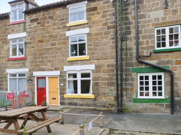 THE COTTAGE, BECKSIDE, family friendly, with a garden in Staithes, Ref 978 - Image 1 - Staithes - rentals