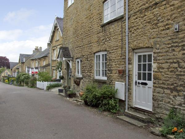 FORGET ME NOT COTTAGE, pet friendly, character holiday cottage, with open fire in Chipping Norton, Ref 4056 - Image 1 - Chipping Norton - rentals