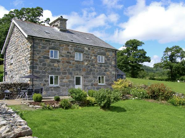 TY MAWR, family friendly, luxury holiday cottage, with a garden in Llanuwchllyn, Ref 4123 - Image 1 - Llanuwchllyn - rentals