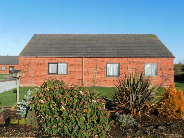 POUND COTTAGE, pet friendly, country holiday cottage, with a garden in Riccall , Ref 4010 - Image 1 - Riccall - rentals