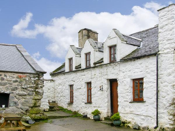 HEN ARGOED COTTAGE, pet friendly, character holiday cottage, with a garden in Llanfair, Ref 4131 - Image 1 - Llanfair - rentals