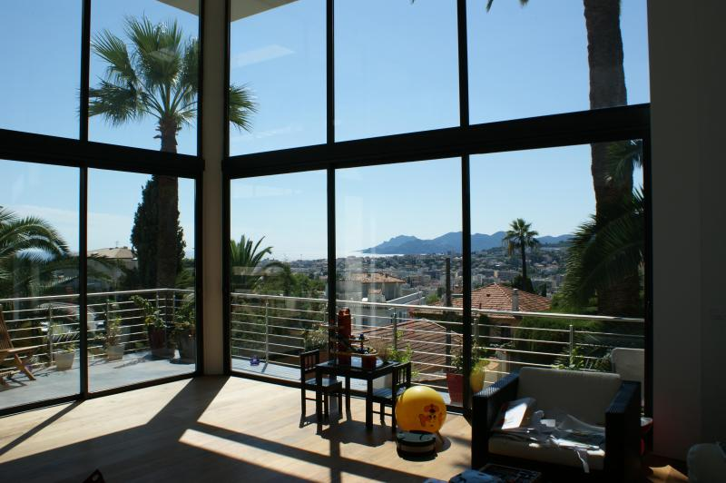 Living room with sea- and mountain view - Cannes Villa with a Sea View, WiFi, and Pool, Located Near Shops - Le Cannet - rentals