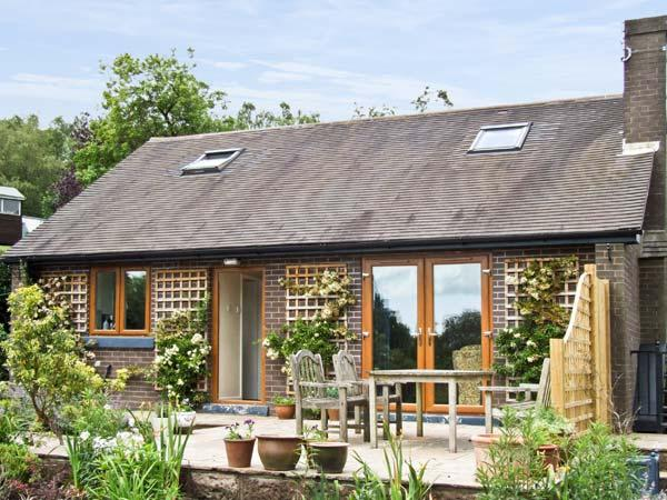 BARKS COTTAGE, pet friendly, country holiday cottage, with a garden in Moneystone, Ref 3888 - Image 1 - Oakamoor - rentals
