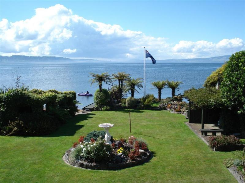 Garden viewed from the deck - Nicara Lakeside Cottage - Rotorua - rentals