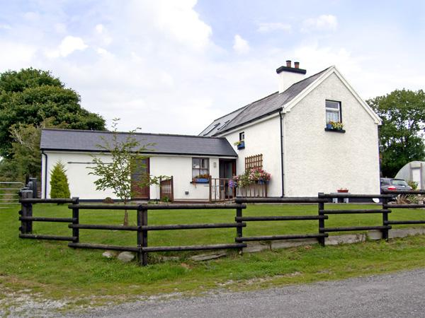 DESSIE'S COTTAGE, pet friendly, character holiday cottage, with a garden in Macroom, County Cork, Ref 4241 - Image 1 - Macroom - rentals