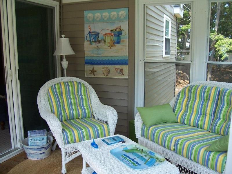 Relax on the three season sun porch ... - BEACH DREAMS In Wells, ME ~ Selkie 167 - Wells - rentals