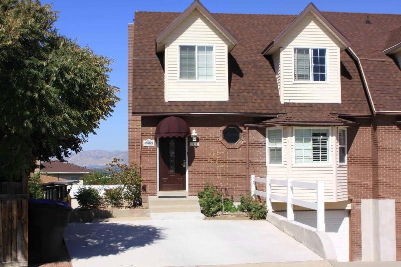 Exterior front - Hillside Village Ct. 4 bedroom 3.5 bath townhouse. - Cottonwood Heights - rentals