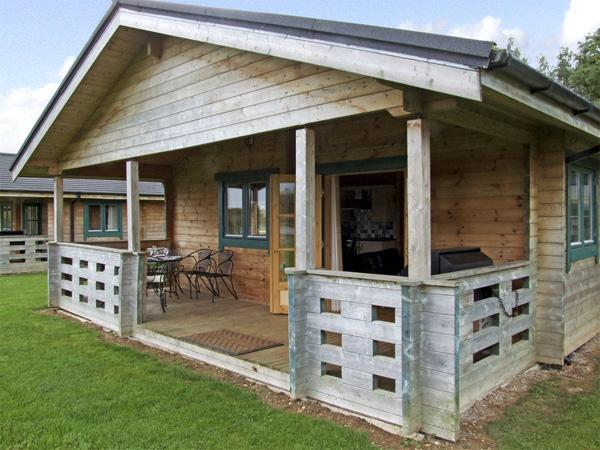 KINGFISHER, pet-friendly, country holiday cottage, with a garden in Lake Pochard, Cotswold Water Park, Ref 4266 - Image 1 - South Cerney - rentals
