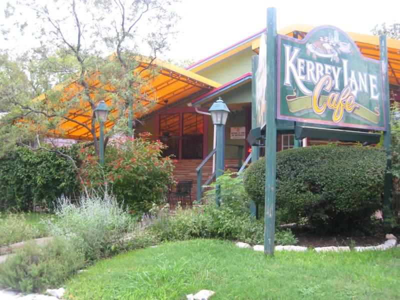 Minutes from Kerbey Lane Cafe - Wow! Central, Near Downtown Patio Grill and Fire P - Austin - rentals