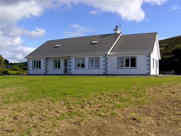 ISLAND VIEW COTTAGE, family friendly, with a garden in Bantry, County Cork, Ref 4316 - Image 1 - Bantry - rentals