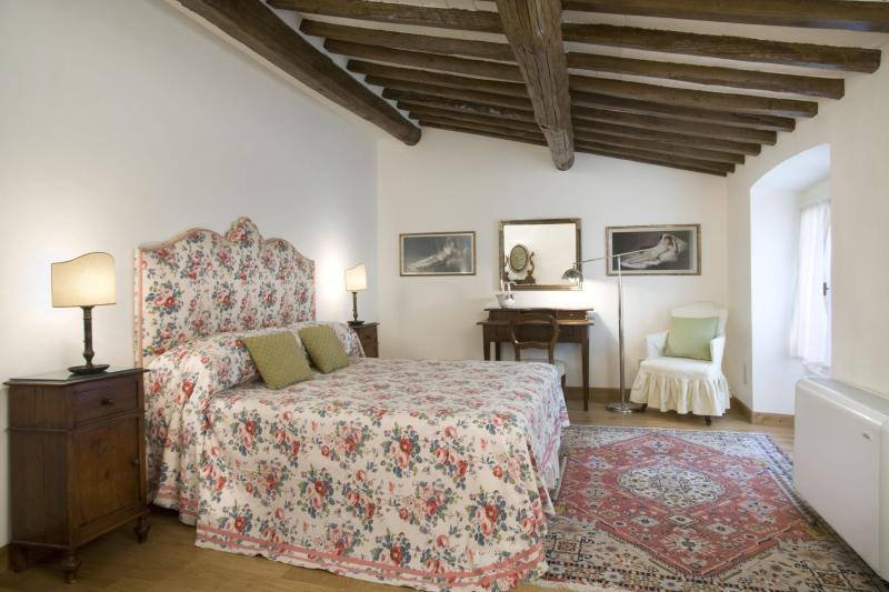Florence Vacation Apartment with 3 Bedrooms at Medici - Image 1 - Florence - rentals