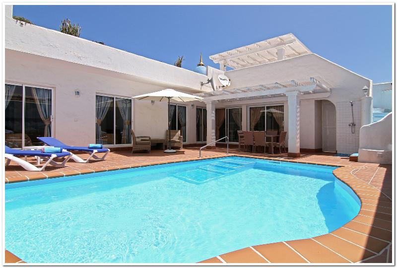 BEAUTIFUL PRIVATE HEATED POOL - VILLA'S CAROLINE, VICTORIA AND LOUISE. - Corralejo - rentals