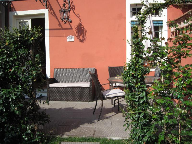 relax and read a good book - Lucca Villino Franca in town A/C,garden/park.&WiFi - Lucca - rentals