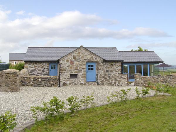BWTHYN GWYN, family friendly, country holiday cottage, with a garden in Penmynydd, Ref 3876 - Image 1 - Llanfairpwllgwyngyll - rentals