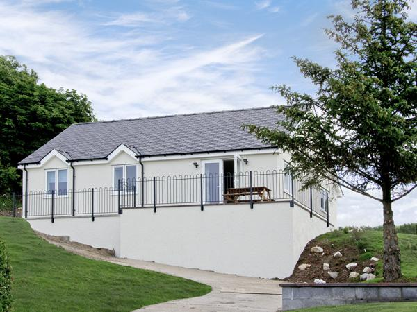 HEN FELIN UCHAF, pet friendly, with a garden in Red Wharf Bay, Ref 3939 - Image 1 - Llanddona - rentals