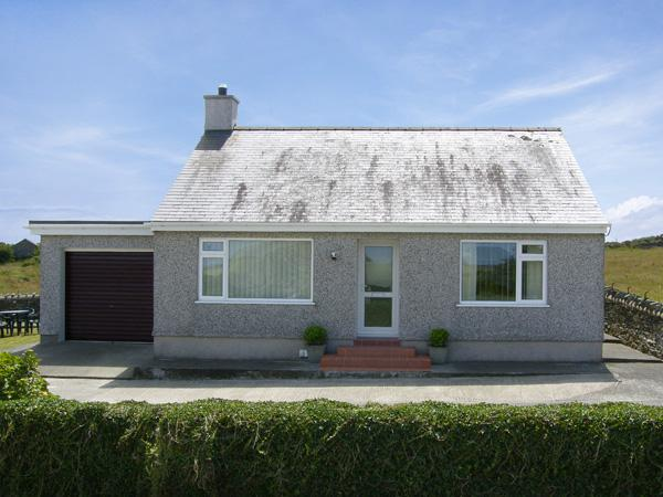 RHOSLAN, family friendly, country holiday cottage, with a garden in Rhosgoch, Ref 4157 - Image 1 - Cemaes Bay - rentals