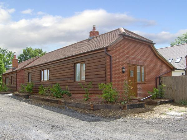 SWIFT COTTAGE, family friendly, country holiday cottage, with a garden in Durley, Ref 4181 - Image 1 - Southampton - rentals
