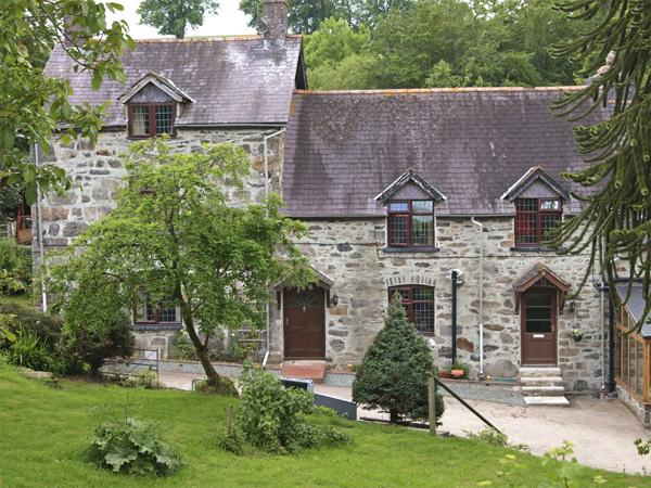 RHIWLAS COTTAGE, family friendly, character holiday cottage, with a garden in Llanwddyn, Ref 4348 - Image 1 - Llanwddyn - rentals