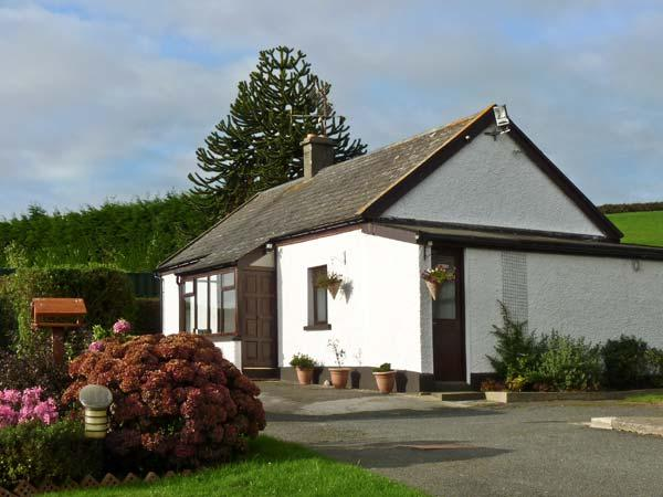 SILVER STRAND COTTAGE, pet friendly, with a garden in Wicklow Town, County Wicklow, Ref 4333 - Image 1 - Wicklow - rentals