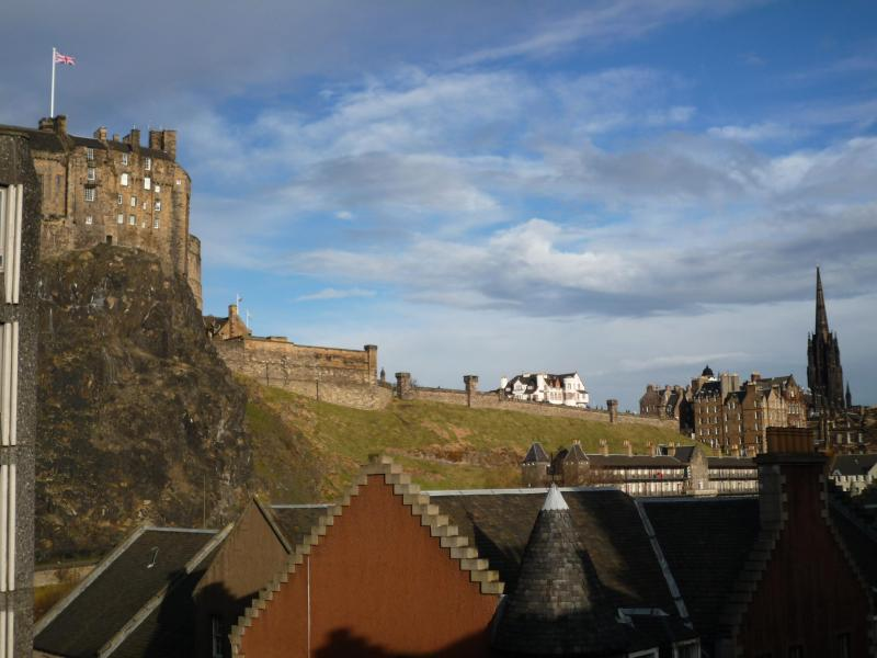 View of Edinburgh castle esplanade from living-room window - 23 Cordinersland,close to vibrant Grassmarket - Edinburgh - rentals