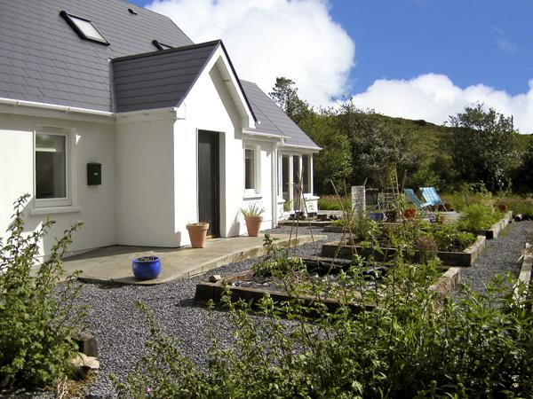 BLUE MEADOW COTTAGE, family friendly, country holiday cottage, with a garden in Ballylickey, County Cork, Ref 4428 - Image 1 - Ballylickey - rentals