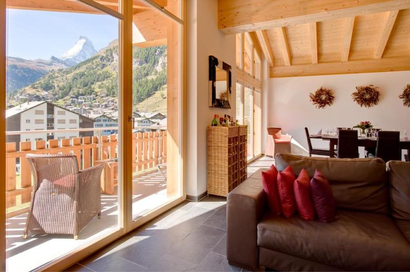 Living room with balcony and Matterhorn view - Penthouse Zeus with Matterhorn and Village views - Zermatt - rentals