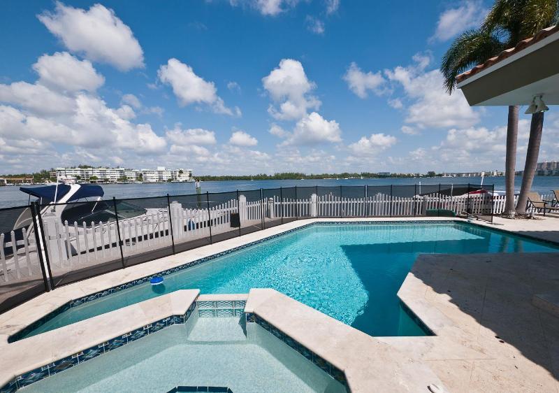 Swimming pool - Miami Beach 5 bed 6 baths, heated pool, waterfront - Miami Beach - rentals