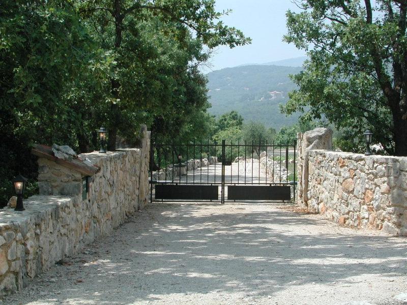 Entrance gate - Breathtaking & Tranquil 2 Bedroom Farmhouse, Mas Du Bois Dore, Mons - Mons - rentals