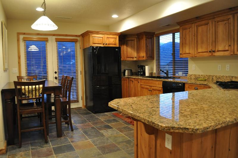 Gourmet Kitchen with Spectacular Views. - Nicest in Moosehollow. Sleeps 11. Mins to slopes. - Eden - rentals