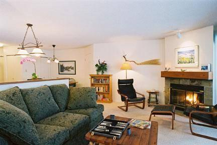 Lving Room - The Gables 2 Bedroom in the forest by the lifts - Whistler - rentals