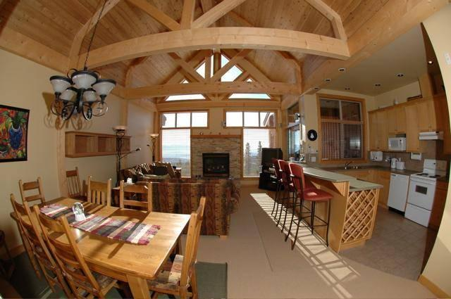 Extremely high vaulted ceiling in almost the entire main floor which optimize the space, openess, and incredible views. - Janine and Heinz - Big White - rentals