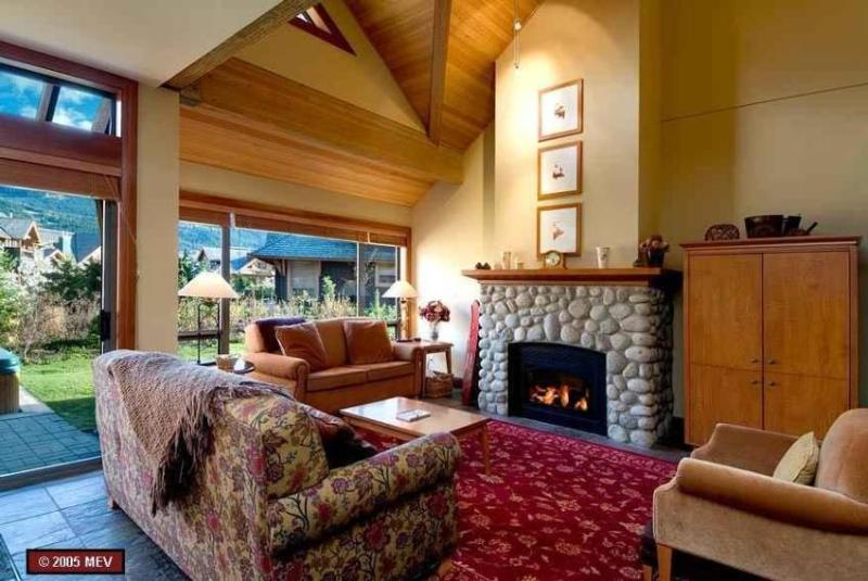 Spacious and comfortable livingroom - SeaToSkiVacation - Whistler - rentals