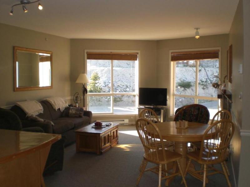 Living / Dining Area with double pull-out couch, flat screen TV, fire place and mountain view - Michael Farnsworth - British Columbia - rentals