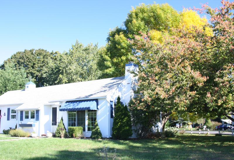 Cozy Corner Lot - Charming 2BR in Heart of North Fork, Walk to Beach - Southold - rentals