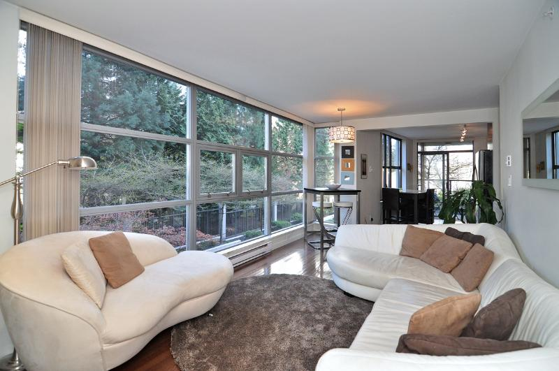 Relax on stylish leather sofas. - Downtown Vancouver 1 Bedroom Condo Close Walk to Amenities and Attractions - Vancouver - rentals