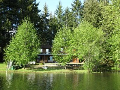 Lake side on Robinson Lake - Retro Large 4 Bedroom Lake Front Country Home in the Comox Valley - Comox - rentals