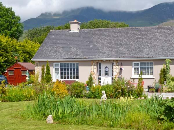 CAHERCONREE, pet friendly, with a garden in Inch, County Kerry, Ref 4463 - Image 1 - Inch - rentals