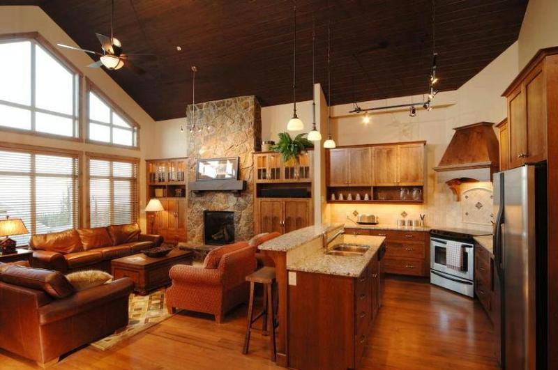 Spacious, outstanding living area with handsome furniture, fireplace, 24' vaulted wood ceiling, cathedral windows and douglas fir flooring. - Barry Sullivan - Big White - rentals