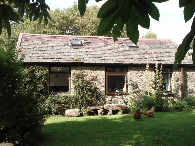 Stick Cottage in summer - Stick Cottage, Dwyran, Isle of Anglesey, sleeps 3 - Dwyran - rentals
