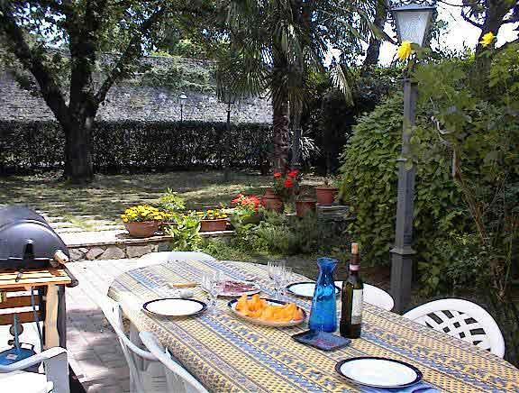 Patio and garden with dining table for garden apartment use only - right in front of the old city walls - Sansepolcro Garden apartment 3 mins from centre - Sansepolcro - rentals
