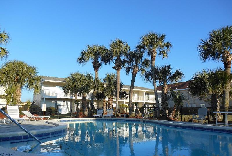 SUMMERHOUSE is a 2br/2.5 half bath Townhome steps from the beach - 2br/2.5ba beach/Wifi/Pool- $50 off Spring week!!! - Destin - rentals
