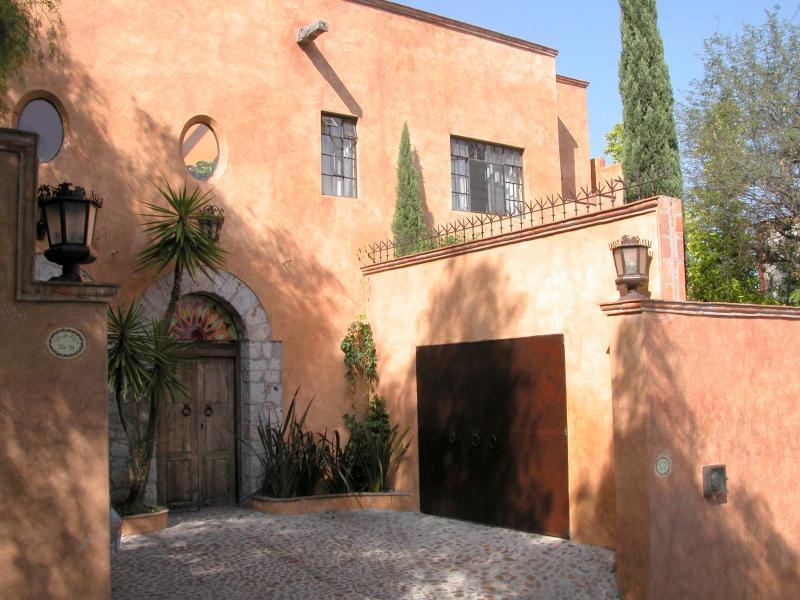 Casa Puesta del Sol front view - Puesta Del Sol Custom Home 3BR/3BA Panoramic Views - San Miguel de Allende - rentals