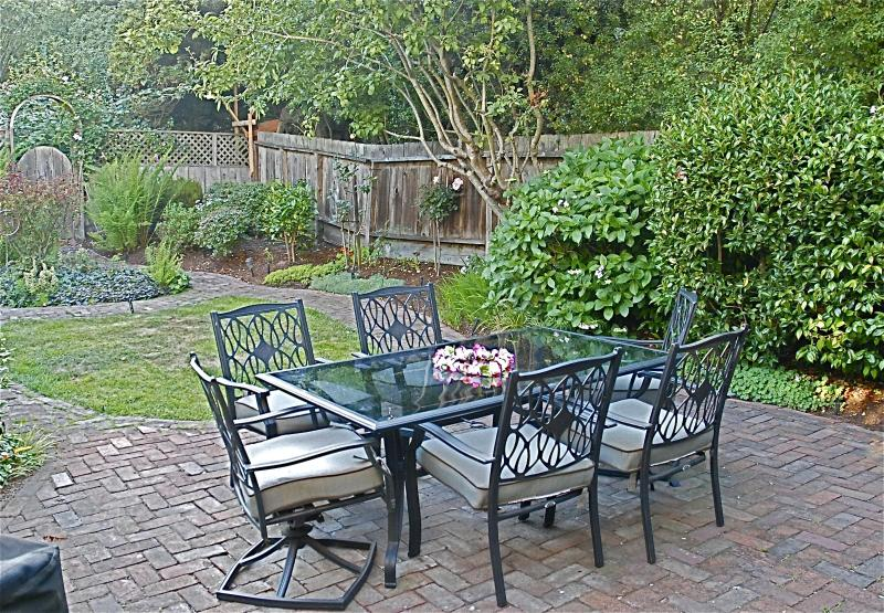 Backyard patio with table and chairs. Full barbecue. - Tranquil setting near all San Francisco has to off - San Francisco - rentals