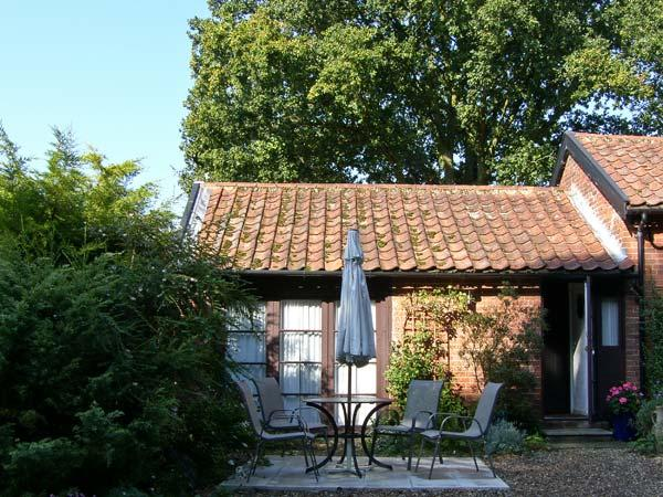 BLUEBELL STUDIO, romantic, country holiday cottage, with a garden in Waldringfield, Ref 4493 - Image 1 - Woodbridge - rentals